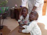 L'infezione da virus dell'AIDS è trasmessa dalla madre al figlio soprattutto al momento del parto. I piccoli infettati rimangono spesso orfani nei primi mesi di vita.