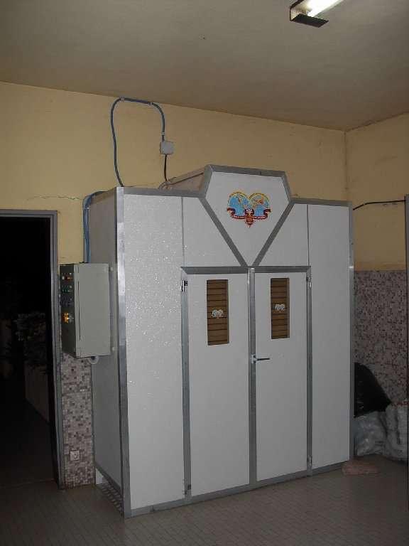 Il moderno essiccatore, recentemente installato a Tanguiéta, permette di preparare in modo rapido e sicuro una grande quantità di erbe medicinali e di conservarle nel modo migliore.