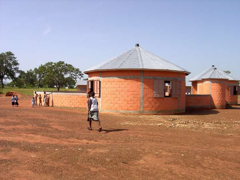 Gli edifici della scuola materna ricordano molto il disegno del cortile di casa: un modo per non far sentire ai più piccoli il distacco dalle consuetudini.