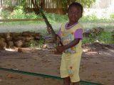 Bambini sani sono una tra le più grandi risorse del continente africano: quello della foto gioca in modo un po' pericoloso con la sega del padre falegname! Di pericoli per un bambino africano ce ne sono di molto più seri: arrivare ai tre anni di vita è già un grande successo!