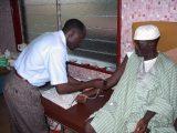 Stasera è di guardia Baba in laboratorio: nessun problema con il prelievo a questo padre che dona il sangue per il figlio con una grave anemia da malaria. Dopo il test per l'HIV e l'epatite il sangue sarà pronto per essere trasfuso.