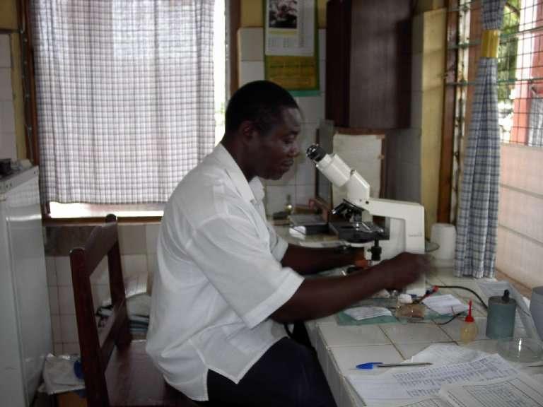 Il laboratorio dell'Ospedale di Weme è ridotto ai minimi termini: necessita un deciso intervento del GSA per metterlo in condizione di sostenere il grande lavoro dei reparti.