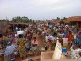Il mercato è la più formidabile occasione di incontro per gli abitanti di villaggi vicini e lontani, ma è anche uno dei punti critici per la diffusione dell'HIV.