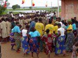Grande festa per il lancio della campagna di prevenzione in un villaggio. I momenti di vita insieme sono occasioni irripetibili per la trasmissione di messaggi importanti.