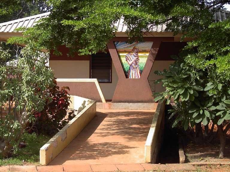L'ingresso del padiglione della Maternità a Tanguiéta. Costruito alla fine degli anni '80 ha garantito alle donne un salto di qualità nella gestione della gravidanza e del parto. Da qui partono i messaggi più significativi per campagne di prevenzione davvero efficaci.
