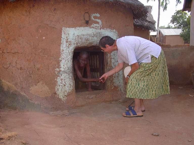 Suor Atonia è il punto di riferimento del progetto di adozioni sanitarie a Tanguiéta. La vediamo in visita ad una anziana del villaggio presso il cui clan familiare sono in adozione sanitaria due ragazzi.