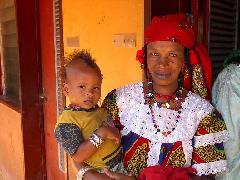 Le popolazioni nomadi, come i pastori Peul, sono difficilmente raggiungibili da programmi di prevenzione ed è molto difficile che accettino interventi dall'esterno del loro gruppo etnico.