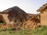 L'alluvione dell'ottobre 2002, seguita a un lungo periodo di siccità, ha distrutto diverse abitazioni a Tanguiéta. Tra queste la casa di una famiglia che da anni collabora con il progetto di adozioni, rendendosi sempre disponibile per i casi più urgenti.