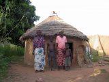 La mamma al centro della foto può ripartire per il suo villaggio dopo un lungo periodo trascorso in ospedale: i suoi due figli sono stati assistiti da un'altra mamma che li ha accolti nell'ambito del progetto di adozioni sanitarie.