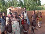 Nel villaggio i bambini in adozione temporanea socializzano presto con i coetanei. Anche la frequenza scolastica non trova ostacoli.